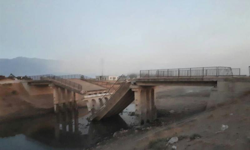 جسر الشريعة بعد تفجيره من قبل فصائل المعارضة في ريف حماة - 31 من آب 2018 (فيس بوك)