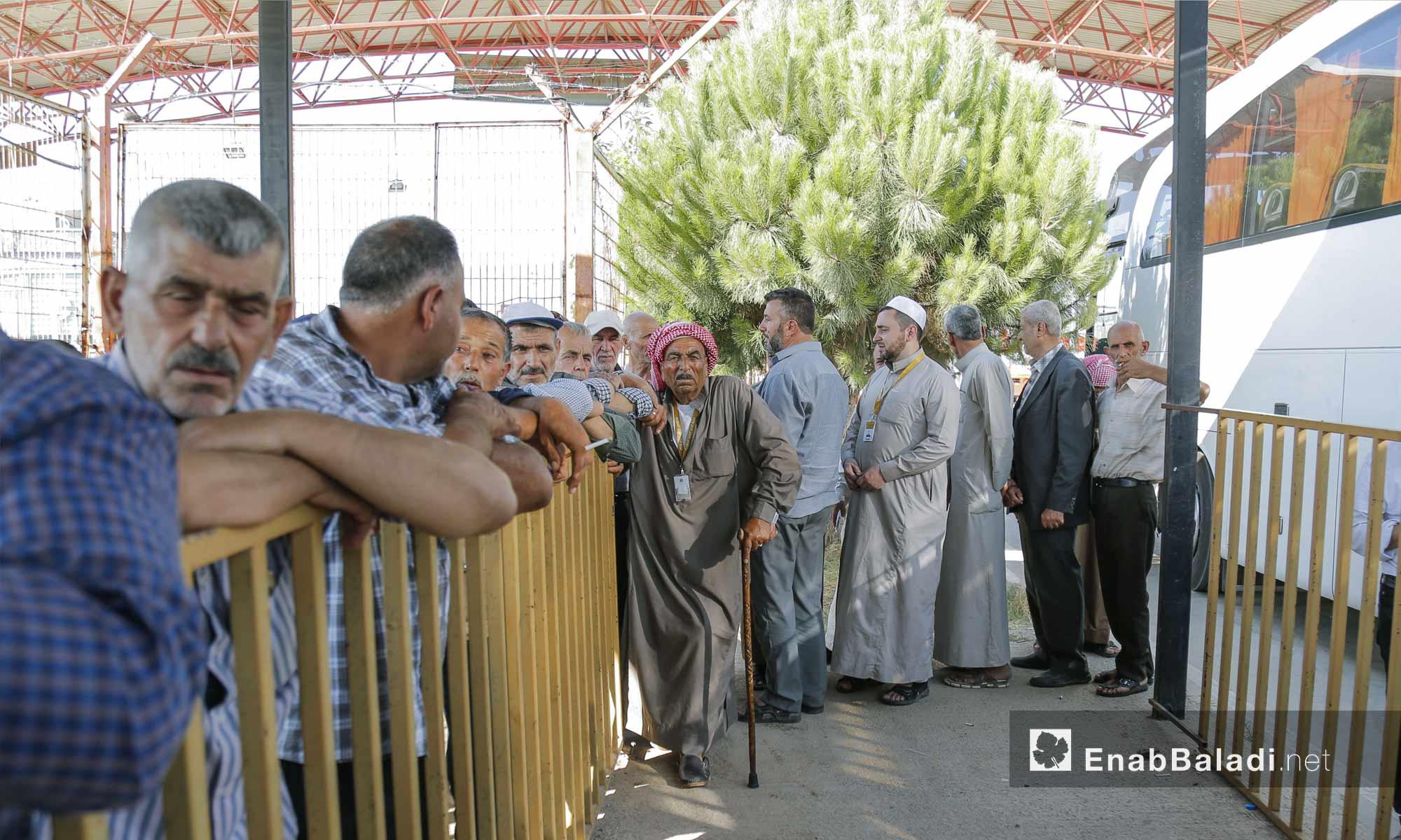حجاج سوريون يعبرون معبر باب السلامة بريف حلب للسفر إلى جدة - 4 من آب 2018 (عنب بلدي)