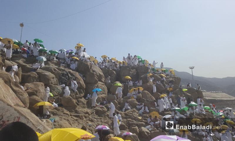 الحجاج يتوافدون إلى صعيد عرفات لقضاء ركن الحج الأعظم- 20 من آب 2018 (عنب بلدي)