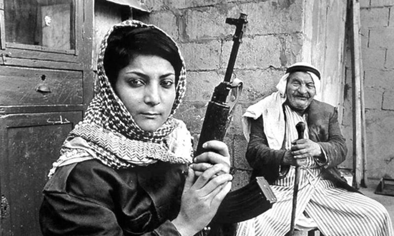 الفلسطينية ليلى خالد برفقة جدها (انترنت)