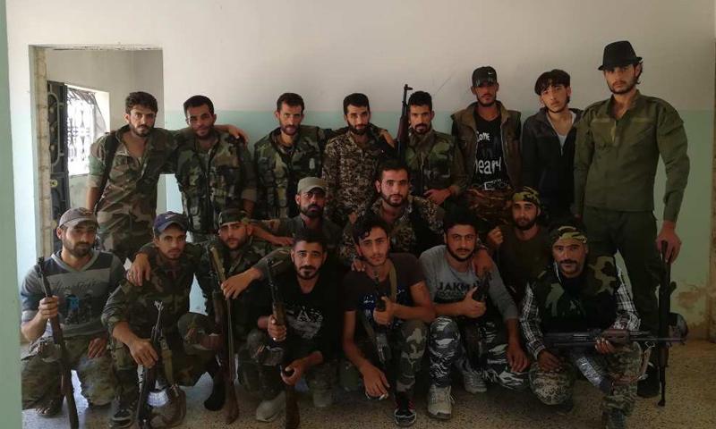 عناصر من الفيلق الخامس بدرعا في أثناء وصولهم إلى محيط إدلب - 26 من آب 2081 (فيس بوك)