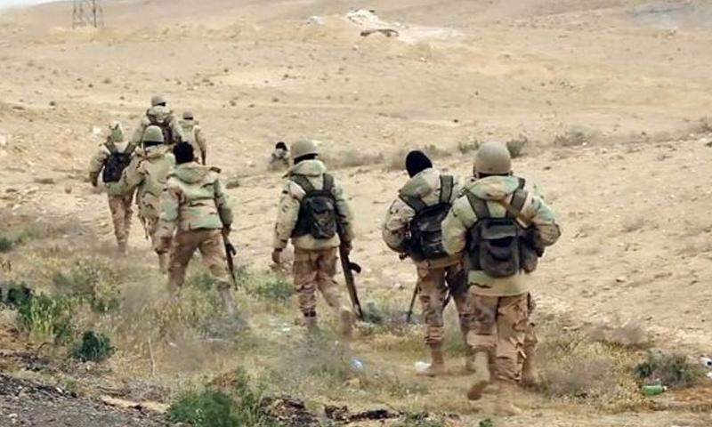 عناصر من قوات الأسد خلال المعارك الدائرة في ريف السويداء الشرقي - (فيس بوك)