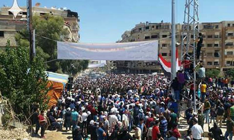 عشرات المدنيين في أثناء دخولهم إلى مدينة داريا - 28 من آب 2018 (دمشق الآن)