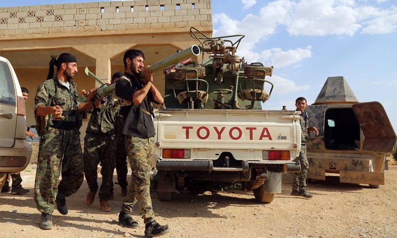 عناصر من قوات سوريا الديمقراطية خلال المعارك الدائرة ضد تنظيم الدولة في ريف الرقة - 2017 (انترنت)