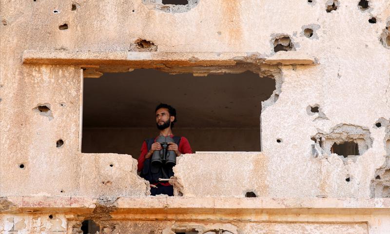 تعبيرية.. مقاتل من الجيش الحر في منطقة اليادودة بدرعا - أيار 2018 (رويترز)