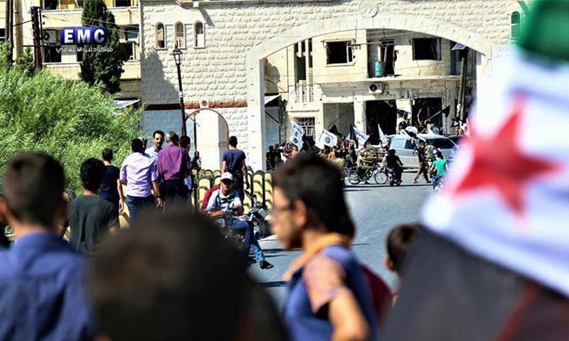 مسلحون يمنعون المدنيين من التظاهر في جسر الشغور بريف إدلب - 28 من أيلول 2018 (مركز إدلب الإعلامي)