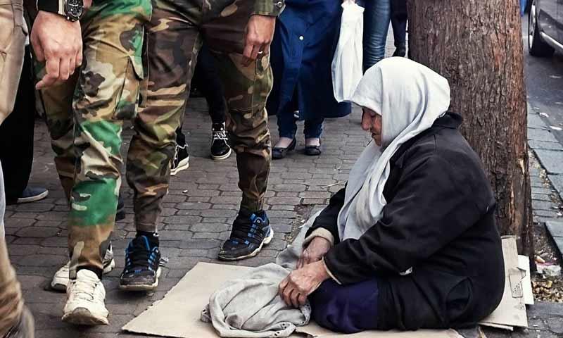 سيدة تجلس في حي البرامكة في دمشق - 3 كانون الثاني 2018 (عدسة شاب دمشقي)