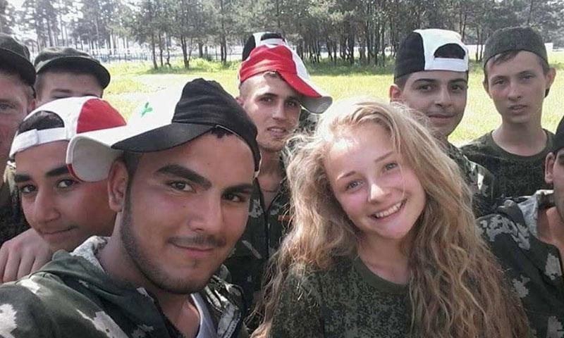 فتاة روسية مع شبان موالين للنظام السوري (فيس بوك)