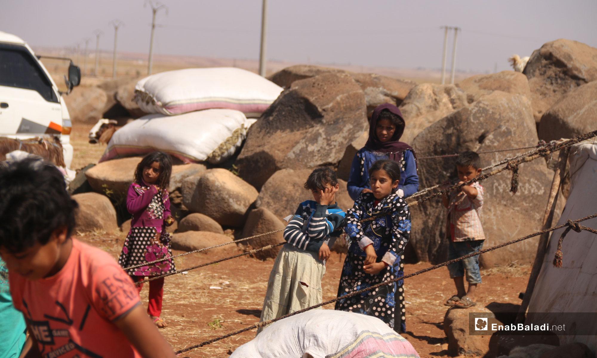 أطفال نزحوا من ريف إدلب نتيجة القصف إلى قرية الصرمان قرب النقطة التركية في إدلب - 12 من أيلول 2018 (عنب بلدي)