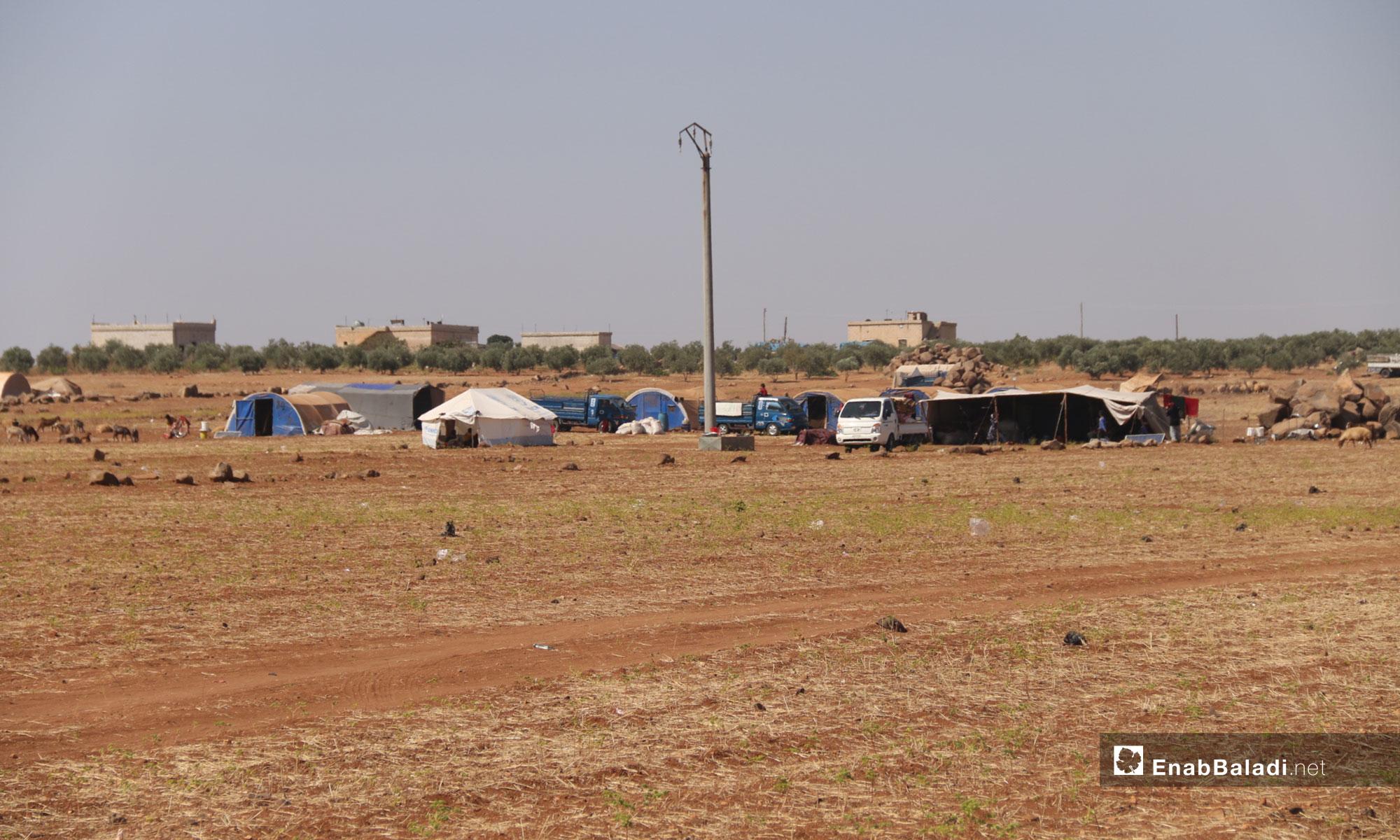 نزوح عائلات من ريف إدلب نتيجة القصف إلى قرية الصرمان قرب النقطة التركية في إدلب - 12 من أيلول 2018 (عنب بلدي)
