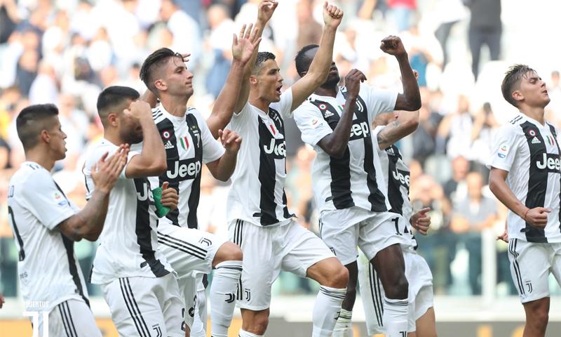 نادي يوفنتوس الإيطالي عقب فوزه على نادي ساسولو بالدوري الإيطالي (يوفنتوس)