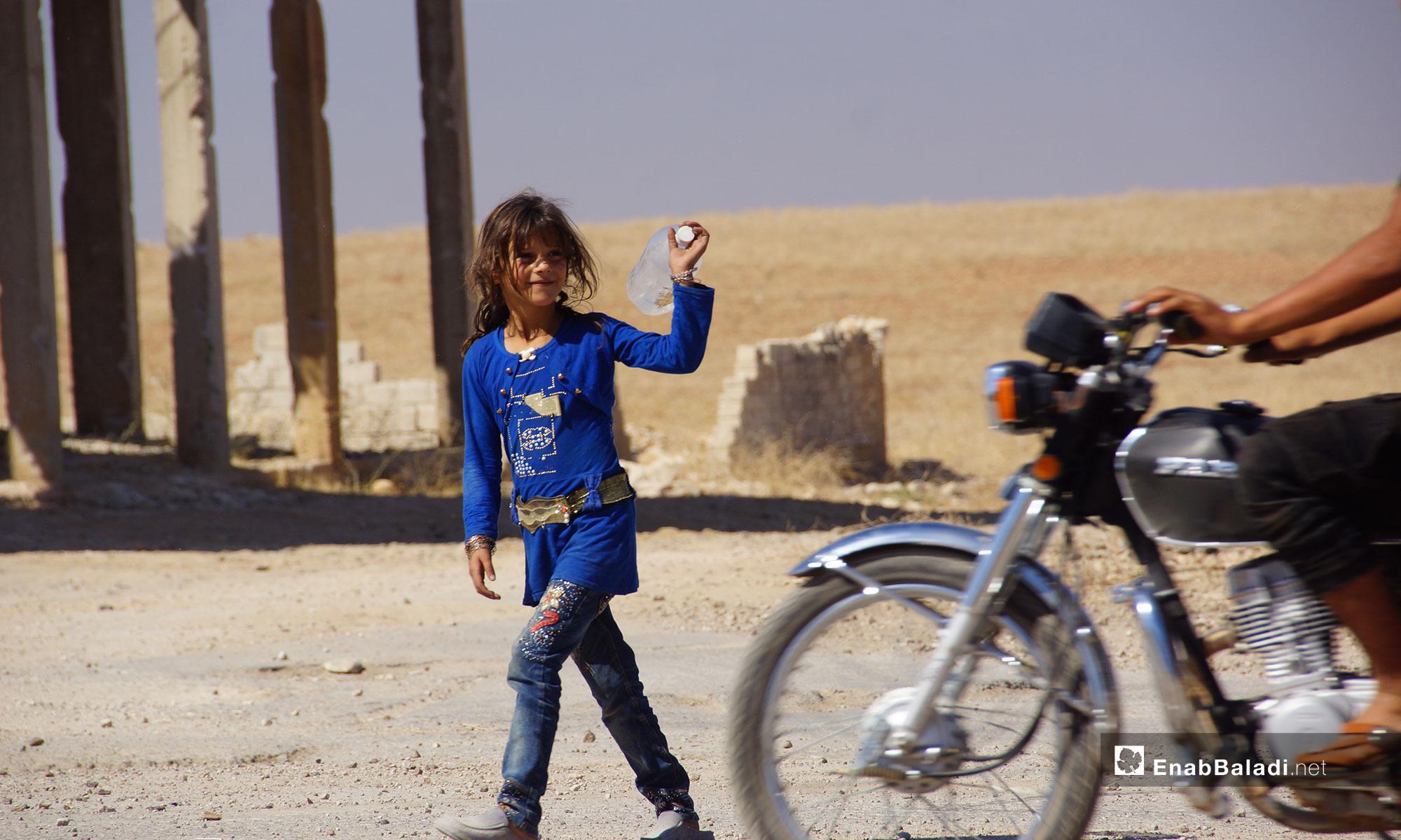 طفلة من أهالي مدينة اللطامة بعد عودتهم إلى بيوتهم في ريف حماة الشمالي - 25 من أيلول 2018 (عنب بلدي)