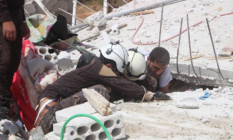 انقاذ امرأة من تحت الأنقاض في بلدة عابدين 8 أيلول 2018 (الدفاع المدني السوري)