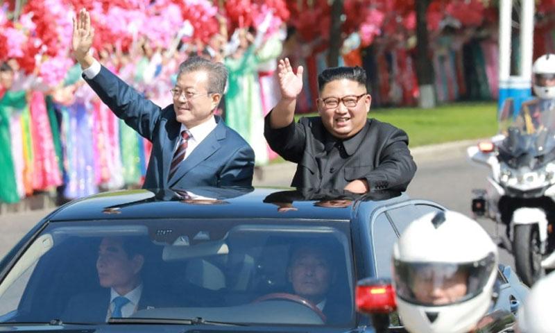 الزعيمين الكوريين يلوحان للجماهير بيونغ يانغ 18 ايلول2018 (وكالة الانباء الكورية)