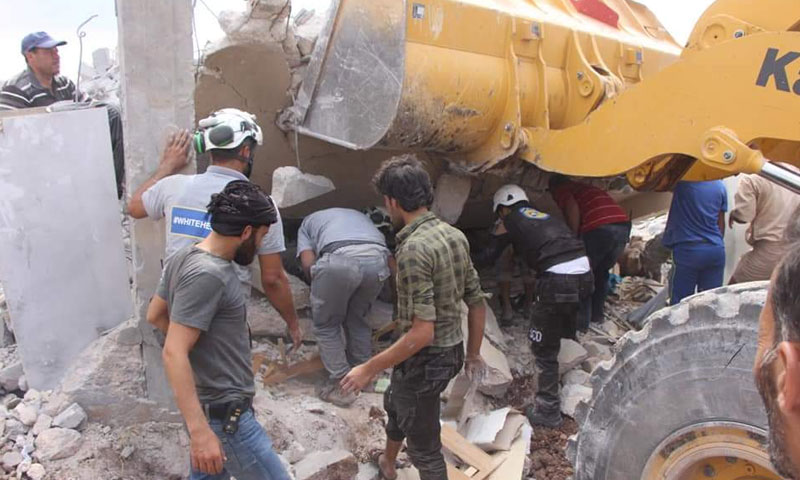 انتشال جثمان قتيل وإسعاف شقيقه جراء القصف من الطيران الروسي على بكفرزيتا بريف حماة 9 أيلول 2018 (الدفاع المدني السوري)