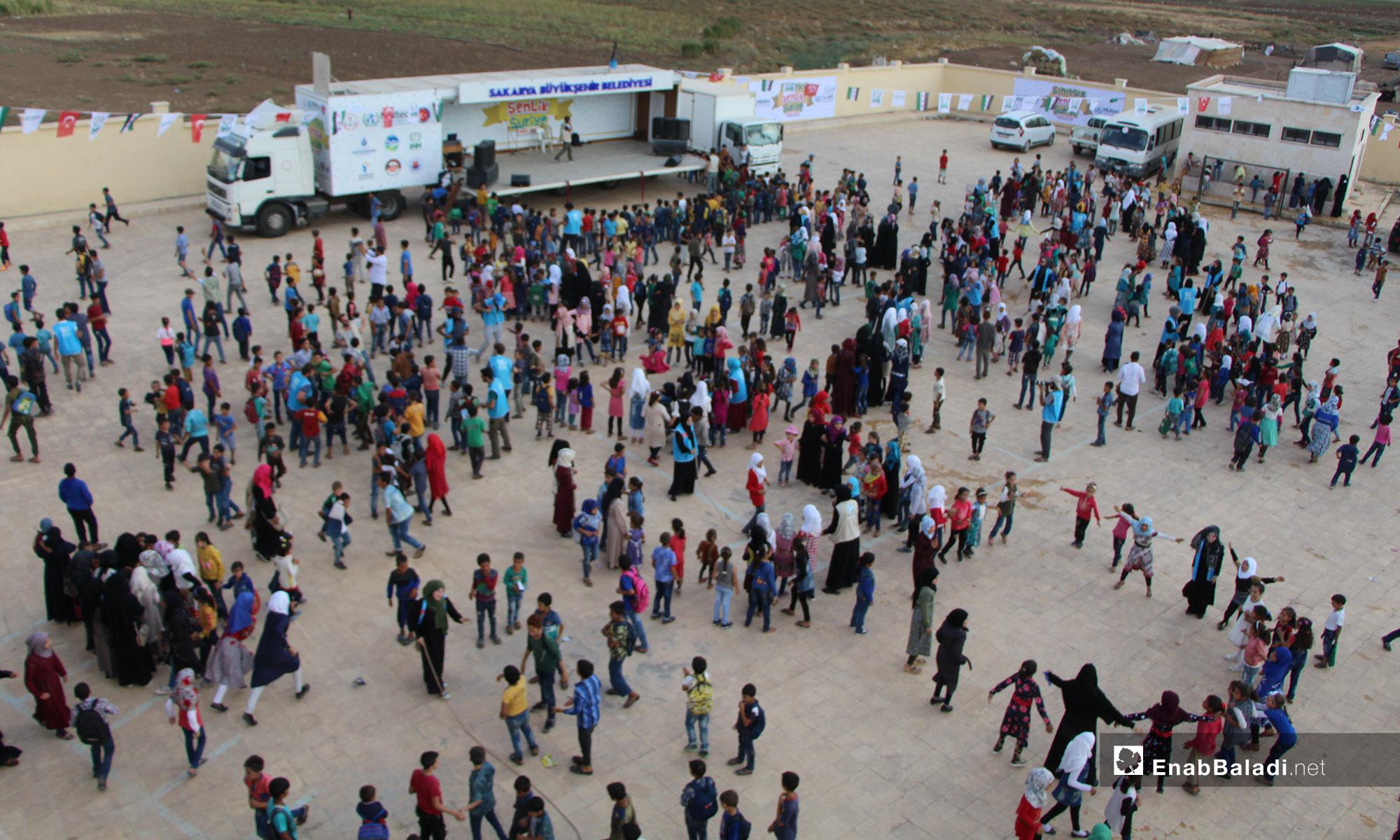 كرنفال للطلاب في أول أيام العام الدراسي الجديد في بلدة دابق بريف حلب الشمالي - 20 من أيلول 2018 (عنب بلدي)