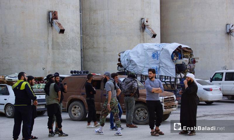 مهجرو ريف حمص لحظة وصولهم إلى قلعة المضيق في ريف حماة – 10 أيار 2018 (عنب بلدي)