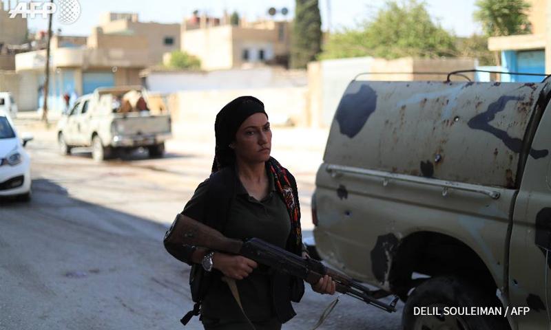 مقاتلة من قوات أسايش التابعة لوحدات حماية الشعب الكردية في مدينة القامشلي - أيلول 2018 (AFP)