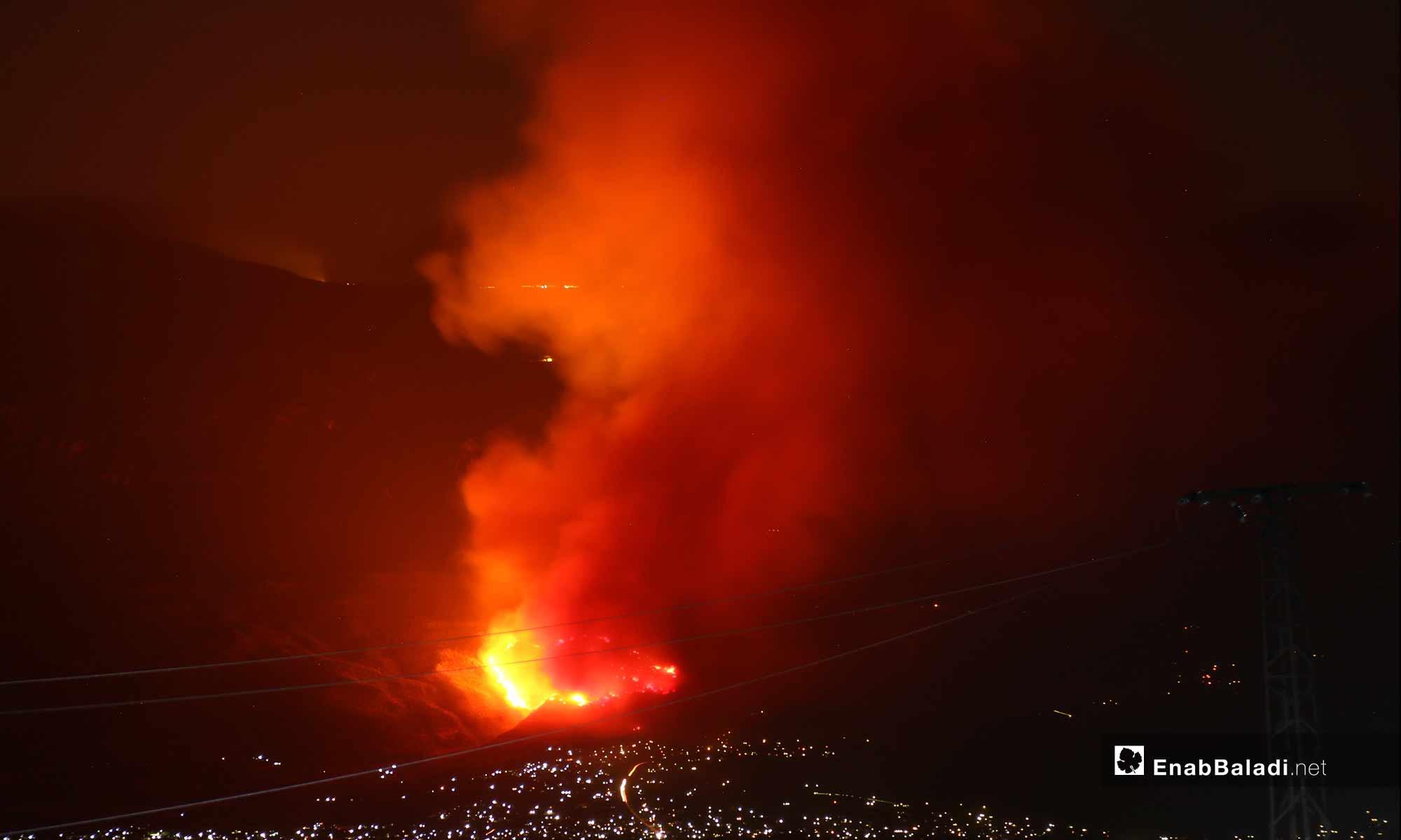 حريق في معسكر جورين بسهل الغاب غربي حماة إثر قصف لفصائل المعارضة - 5 أيلول 2018 (عنب بلدي)