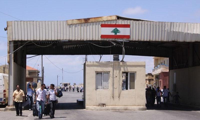 شبان سوريون يعبرون الحدود السورية اللبنانية (فيس بوك)