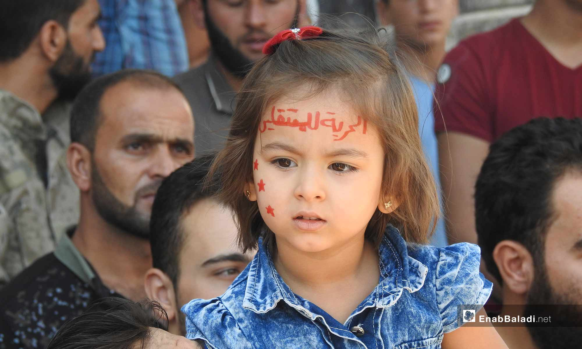 طفلة خلال مظاهرات في ريف حلب طالبت بإخراج المعتقلين من سجون النظام - 28 من أيلول 2018 (عنب بلدي)