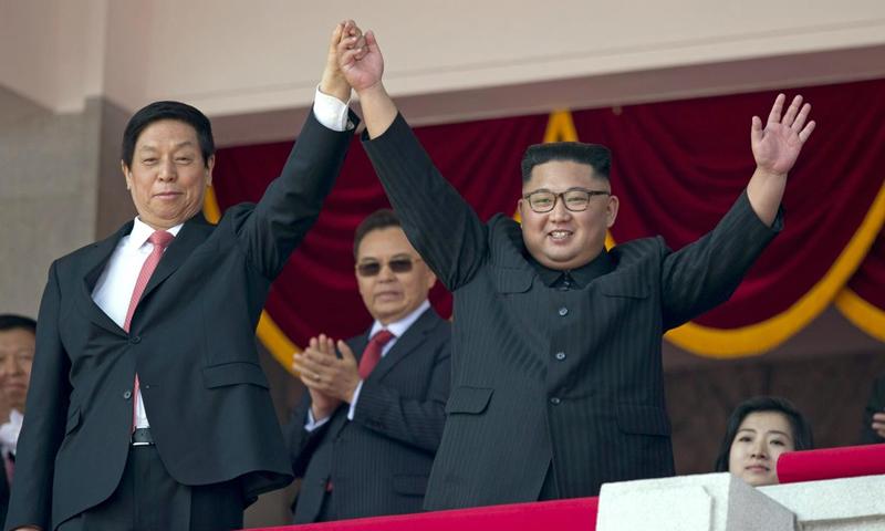 الزعيم الكوري الشمالي مع موفد الرئيس الصيني في كوريا (AP)