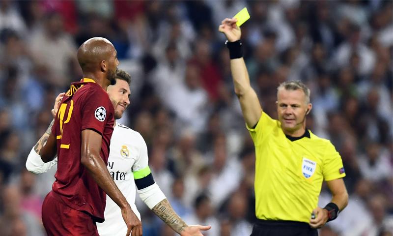 سيرجو راموس لحظة حصوله على بطاقة الصفراء في مواجهته أمام روما (AFP)
