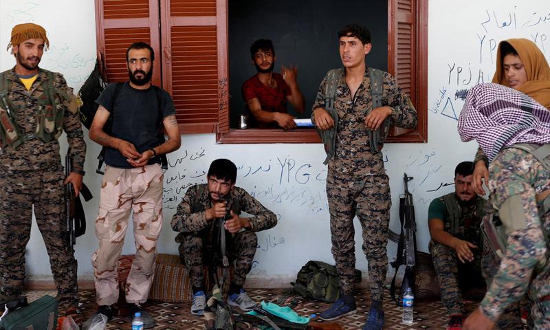 عناصر من قوات سوريا الديمقراطية خلال معارك دير الزور - (رويترز)