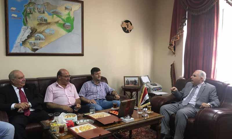 سفير سوريا في أوكرانيا حسن خضور في اجتماع داخل السفارة - آب 2018 (عماد ظاظا - فيس بوك)