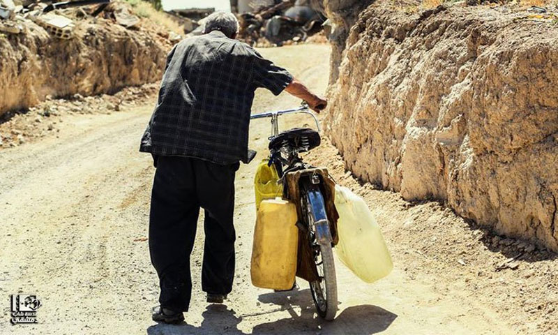 رجل ينقل المياه في الريف السوري (فيس بوك عدسة شاب دمشقي)