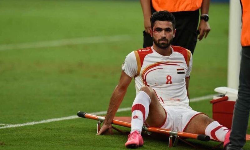 إصابة اللاعب السوري عمر خريبين في مواجهة البحرين (AFP)