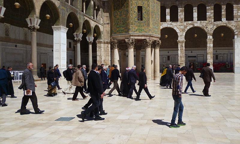 سائحون أجانب في الجامع الأموي بدمشق (سبوتنيك)