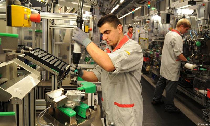 مهاجرون يعملون في ألمانيا (دويتشه فيله)