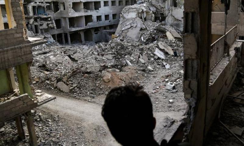 الدمار الناجم عن القصف في في مدينة دوما بالغوطة الشرقية (رويترز)