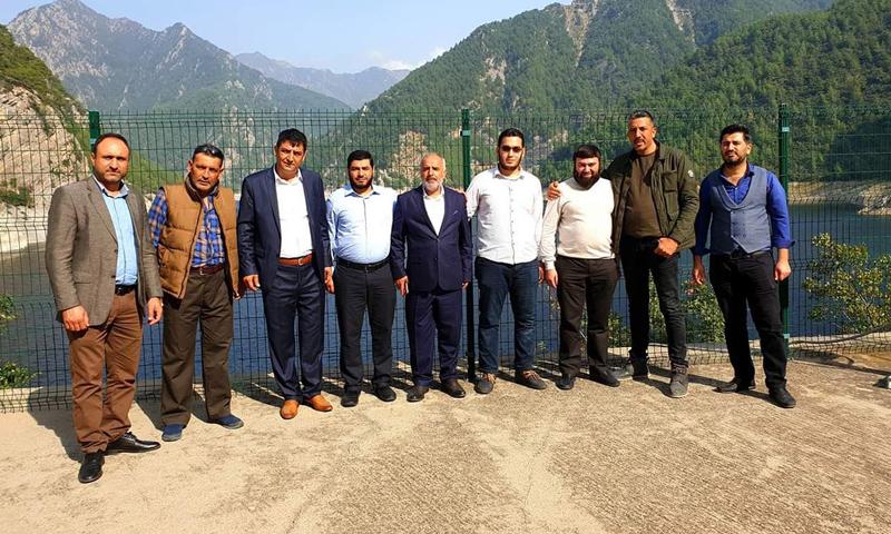 """قائد فصيل """"جيش الإسلام"""" ومعاونه علي الحسيني في صورة مع إعلاميين أترك محليين في ولاية العثمانية (Düziçi TURUNCU TV)"""