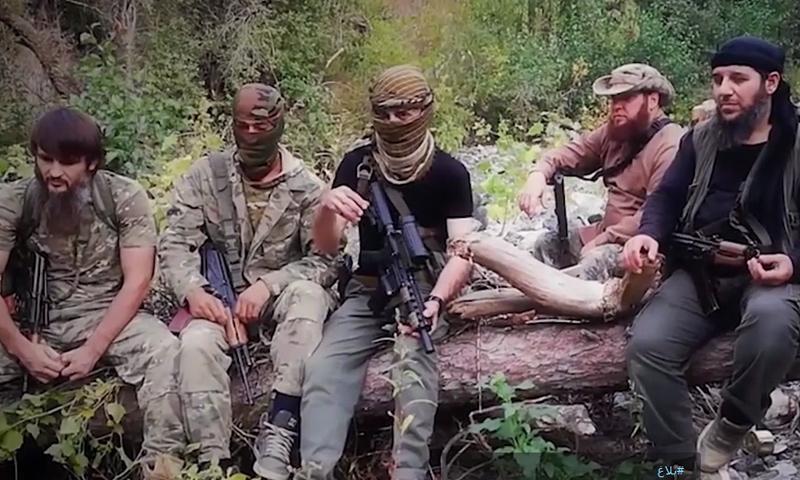 القيادي في تحرير الشام أبو مالك التلي مع مقاتلين شيشان في ريف اللاذقية - (مؤسسة بلاغ)
