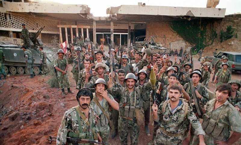 عناصر قوات الأسد في قصر بعبدا يرفعون شارة النصر بعد هروب الجنرال ميشيل عون 13 تشرين أول 1990(صقر لارا في فيس بوك)