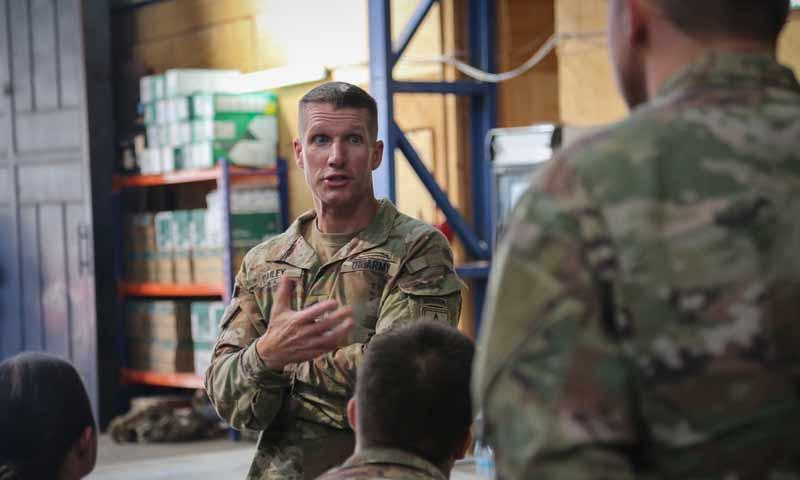 الضابط في الجيش الأمريكي دانيال ديلي بزيارة جنوده الى مناطق قسد 21 تشرين أول 2018 (الخارجية الأمريكية)