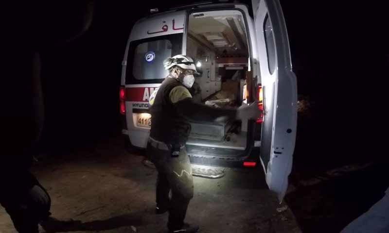 فرق الدفاع المدني أثناء نقل جثة لرجل مجهول الهوية بأطراف بلدة كفرومة جنوبي إدلب 25 تشرين أول 2018 (الدفاع المدني السوري)