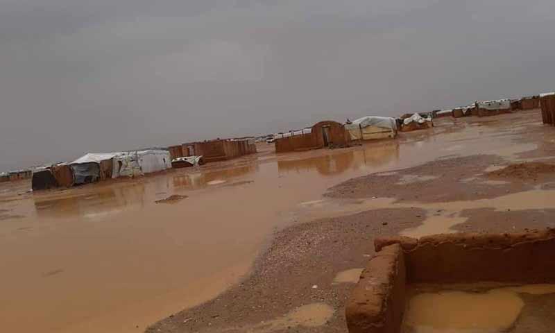 مخيم الركبان الحدودي مع الأردن وسط الحصار الخانق والعواصف الرملية والأمطار 25 تشرين أول 2018 (الادراة المدنية للمخيم)