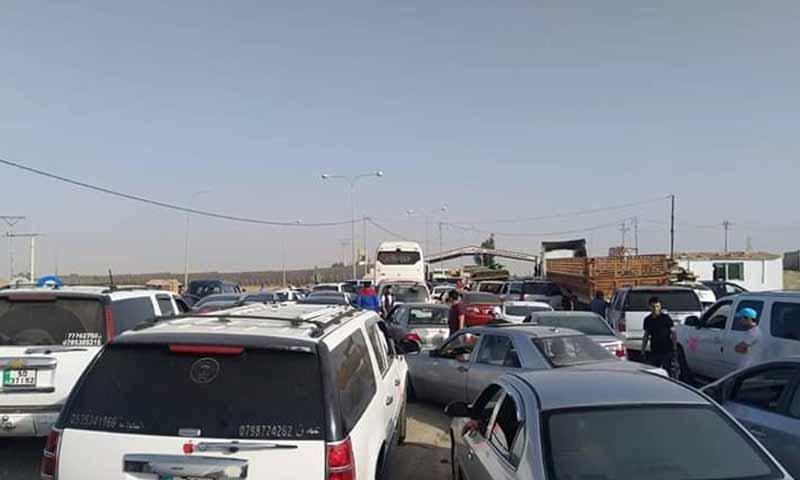 عدد من السيارات الأردنية بانتظار الدخول الى سوريا عبر معبر نصيب 20 تشرين أول 2018 (الصحفي محمد عرسان في تويتر)