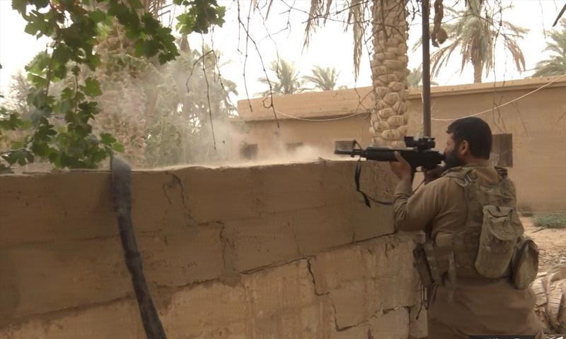 مقاتل من تنظيم الدولة في أثناء المعارك شرق الفرات - 26 من تشرين الأول 2018 (أعماق)