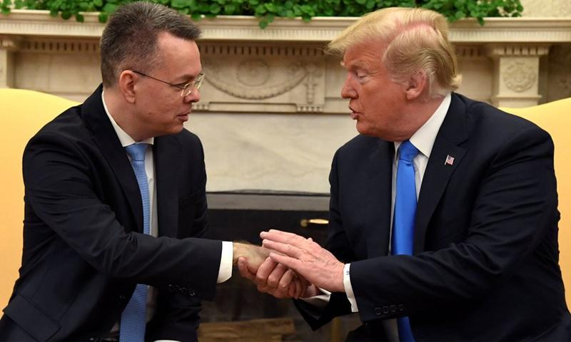 """ترامب يلتقي بالقس الأمريكي أندور برانسون الذي كان تحتجزه تركيا بتهم متعلقة بـ""""الإرهاب"""" (رويترز)"""