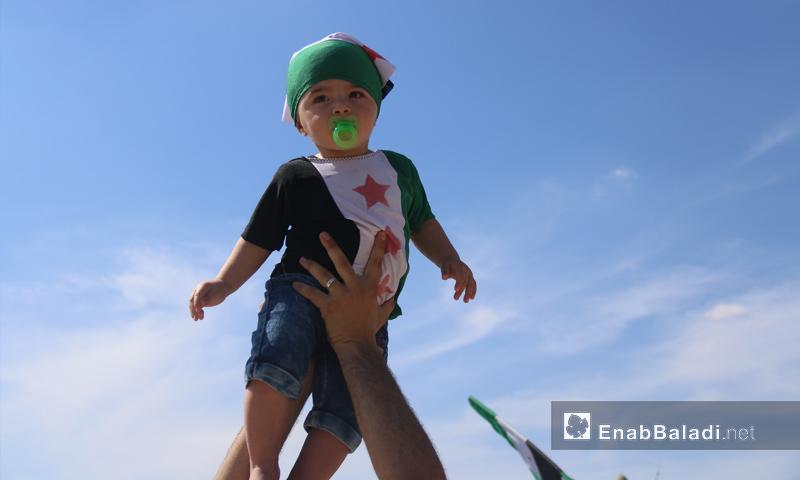 طفلة خلال مظاهرات في كفرنبل طالبت بإسقاط النظام السوري- 5 تشرين الأول 2018 (عنب بلدي)