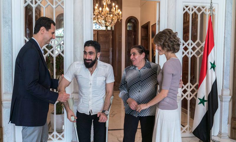 رئيس النظام وزوجته في استقبال جرحى قوات الأسد (صفحة الرئاسة فيس بوك)