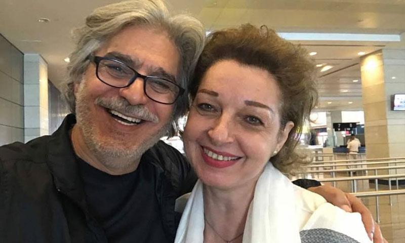 الممثلة نادين خوري والممثل عباس النوري في مطار القاهرة (فيس بوك)
