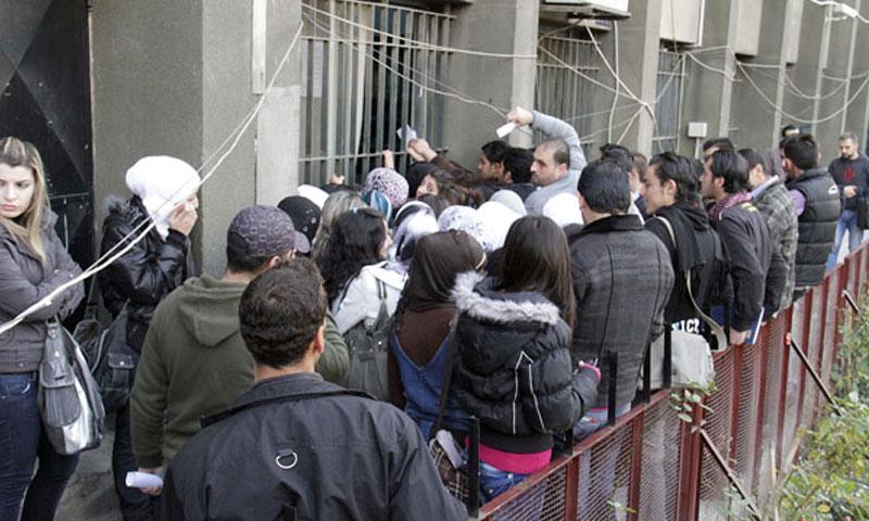 طلاب يتقدمون للتسجيل على السكن الجامعي (صحيفة تشرين)
