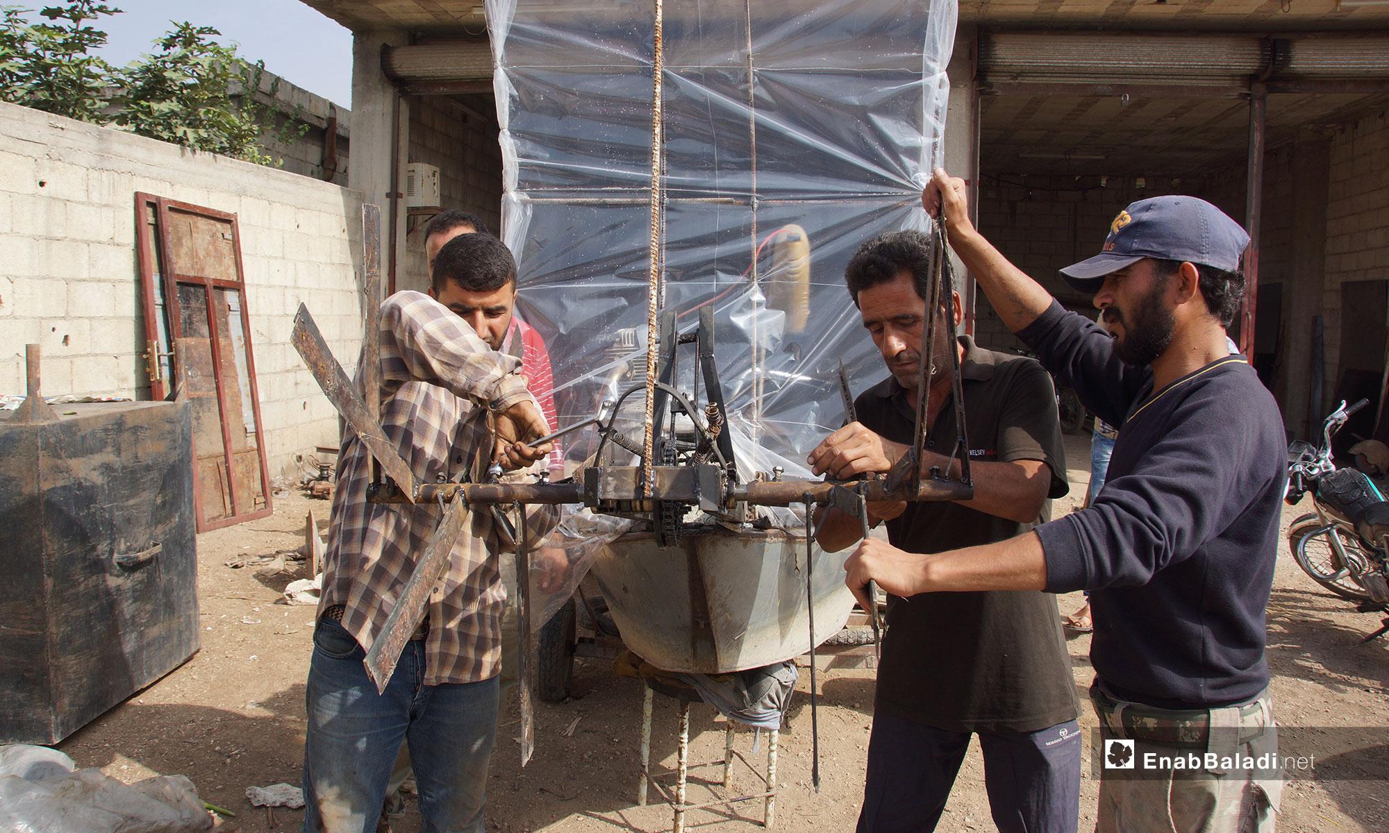 اختراع آلة جديدة للقضاء على زهرة النيل في سهل الغاب بريف حماة - 30 من تشرين الاول 2018 (عنب بلدي)