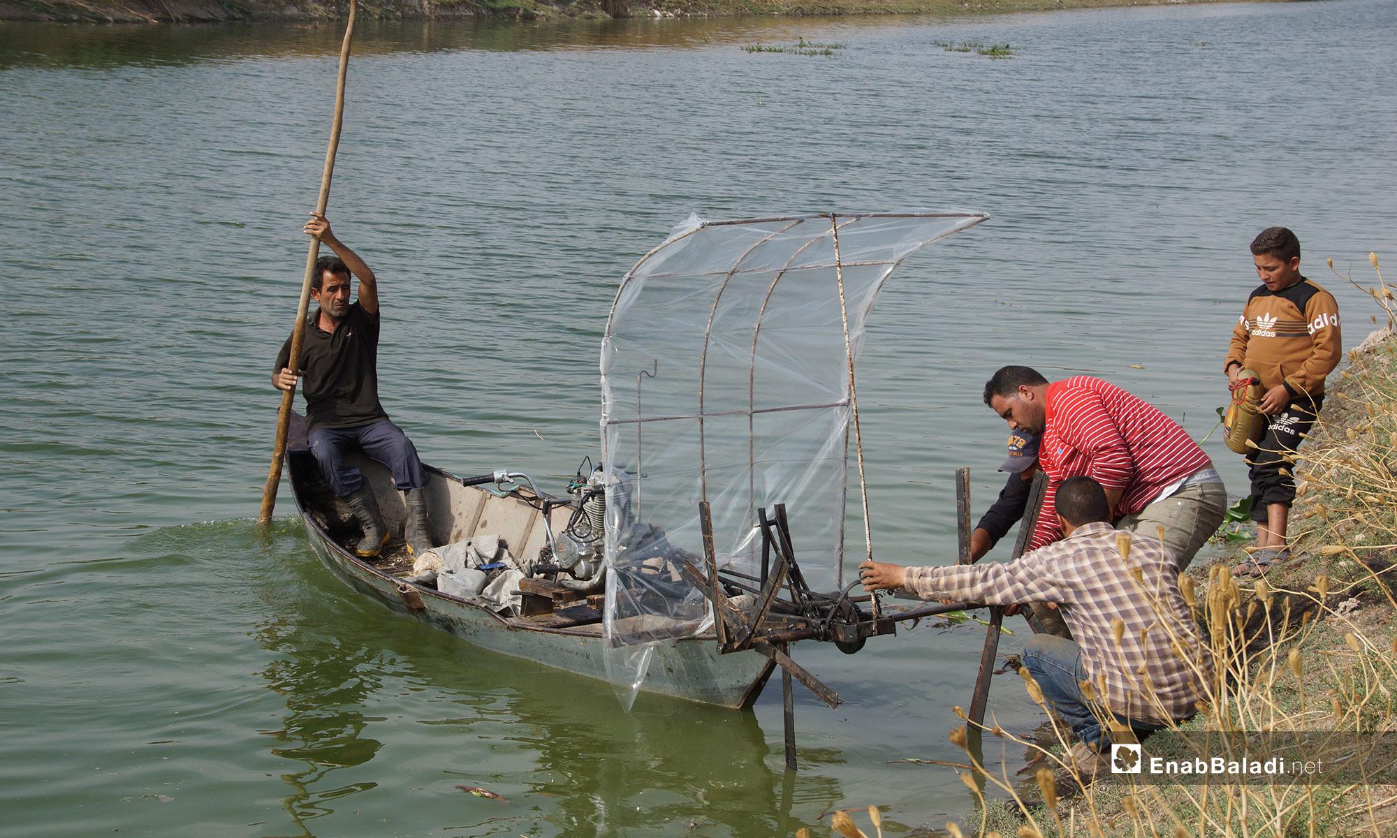 آلة جديدة للقضاء على زهرة النيل في سهل الغاب بريف حماة - 30 من تشرين الاول 2018 (عنب بلدي)