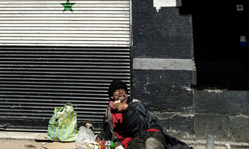 رجل مشرد في شوارع دمشق (فيس بوك عدسة شاب دمشقي)